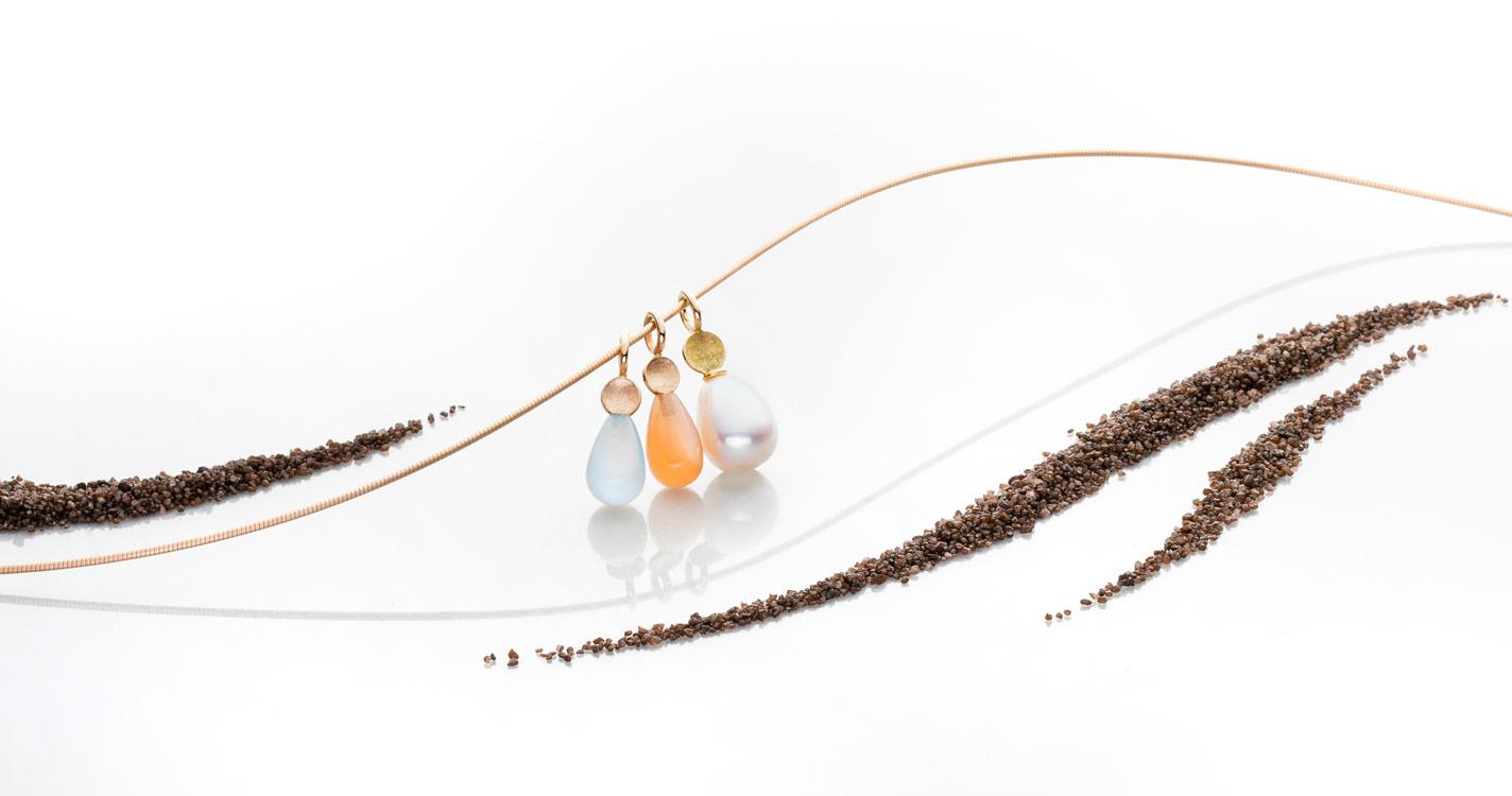 750er Rosé-/Gelbgold Anhängerserie Chalcedon, Mondstein und Perltropfen an Spiralreif